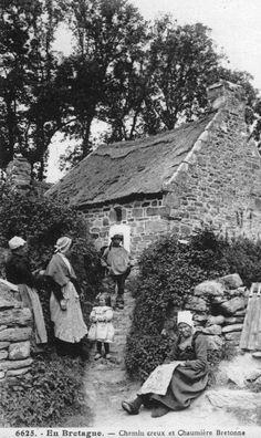 Maison rurale et costume du Cap-Sizun autrefois. Finistere.  Brittany