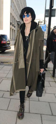 Love the coat. Dark Fashion, Fashion Art, Autumn Fashion, Fashion Looks, Womens Fashion, Agnes Deyn, Layering Outfits, Japanese Street Fashion, Vertigo
