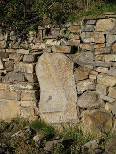 Menhir emparedado en un muro de piedra seca en bancales. Este menhir se encuentra alineado al eje de la iglesia románica de Santa María (destruída en la guerra civil) , cuyos restos fueron trasladados al Parque Municipal de Sabiñánigo.