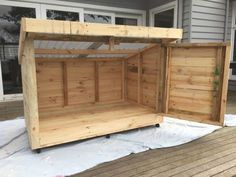 Most current Cost-Free New Pics Roomy Pallet Dog Kennel. How To Build A Dog Kenn… - dog kennel boarding Cheap Dog Kennels, Diy Dog Kennel, Kennel Ideas, Outdoor Dog Kennel, Pallet Dog House, Dog House Plans, Pallet Dog Beds, Pallet Headboards, House Dog