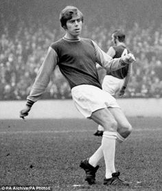 The young Harry Redknapp! Retro Football, Vintage Football, Football Team, Harry Redknapp, West Ham United Fc, Irons, Manchester United, 1960s, Seattle