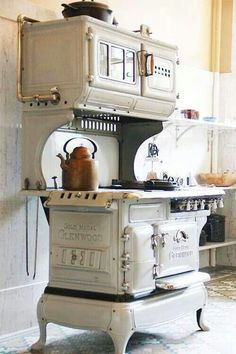 Old Kitchen Stove Old Kitchen, Country Kitchen, Kitchen Dining, Kitchen Decor, Kitchen White, Kitchen Display, Kitchen Wood, Kitchen Stuff, Design Kitchen