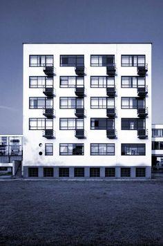 Bâtiment des étudiants. Immeuble le plus copié de tous. L'architecte de ce bâtiment est Walter Gropius. Formes géométriques, couleurs neutres et artisanat.