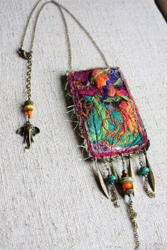 collier talisman soies - I'd like it bigger as a purse. Love the colors and beads. Fiber Art Jewelry, Textile Jewelry, Fabric Jewelry, Jewelry Art, Beaded Jewelry, Jewellery, Fabric Beads, Fabric Art, Fabric Scraps