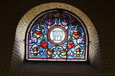 Der Bau der neugotischen Kapelle geht auf das Jahr 1886   zurück. Die damalige Besitzerin Gräfin Amélie Heine-Kohn   liess die Kapelle nach dem Vorbild der Schlosskapelle von   Amboise an der Loire erbauen.   Der schmucke Innenraum eignet sich für Trauungen und   sonstige kirchliche Feierlichkeiten. Die Kapelle steht im   ökumenischen Sinne allen offen und hat Platz für maximal   20 Personen.   Meggerhorn, Juni 2015