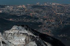 ____________________________________________  Copyright © 1979-2014 Marco Francini ___________________________________________  Cave del Torrione e Marina di Carrara dalla cresta del Monte Sagro  Alpi Apuane Toscana - Italia ___________________________________________