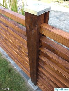 Building this i could use current posts but overlay them with boards and cap Diy Backyard Fence, Backyard Layout, Patio Fence, Front Yard Fence, Backyard Landscaping, Modern Wood Fence, Wood Fence Design, Railing Design, Garden Fence Panels