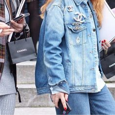 Chanel vintage brooches on a denim jacket Denim Fashion, Look Fashion, Womens Fashion, Fashion Trends, Look Street Style, Street Chic, Pins On Denim Jacket, Denim Jackets, Estilo Coco Chanel