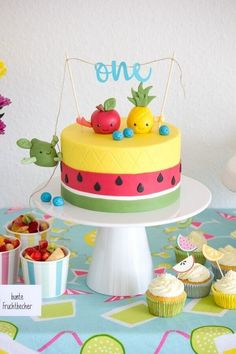 DIY: eine Tutti Frutti Torte mit lustigen Früchten als Caketopper A DIY instruction for a cake in pineapple and watermelon look with colorful fruits as a cake topper for easy imitation … Fruit Birthday, Watermelon Birthday, Summer Birthday, Birthday Parties, Birthday Cakes, 2nd Birthday, Birthday Ideas, Cupcakes Frutas, Fruity Cupcakes