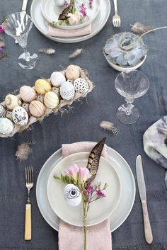 Simple and creative Easter craft ideas, from egg decorating to tabletop designs.