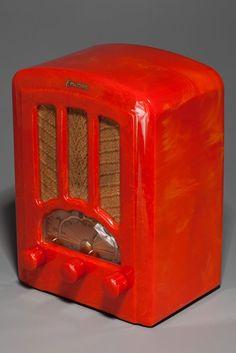 Emerson AU-190 'Tombstone' Radio in Tomato Red Catalin