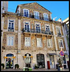 Portuguese glazed tiles covering this building in Lisboa