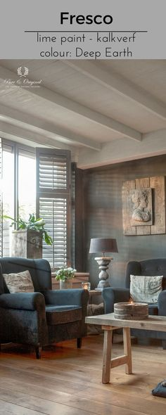 In this living room the ceiling is with the Fresco lime paint colour Evening Shadow. The wall is also Fresco lime paint, in the colour Deep Earth. De het plafond in deze woonkamer is geschilderd in de kalkverf kleur Evening Shadow, de wanden ook in kalkverf, kleur Deep Earth. Cred: magazine Wonen Landelijke Stijl, photo: Bazzoni.