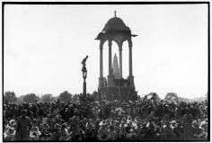 Henri Cartier-Bresson- INDIA. Delhi. GANDHIs funeral. 1948. Crowds gathered between Birla House and the cremation ground