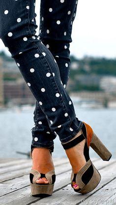 Denim Pois https://www.passiondiy.com/denim-pois/ Verniciare con stile, per trasformare #jeans vecchi ed impersonali in pantaloni alla #moda. Per ottenere dei cerchi perfetti va realizzato uno #stencil…