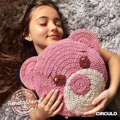 My Precious Nana 💖 Teddybär Maxcolor Kissen 🐻 Video des Kissens . Crochet Cushion Cover, Crochet Pillow Pattern, Crochet Cushions, Crochet Toys Patterns, Crochet Stitches, Crochet Home, Love Crochet, Beautiful Crochet, Crochet Crafts