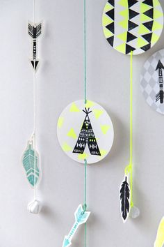 DIY American indians wall hanging: with the beautiful stamps of www.perlenfischerdesign.com and our yarns in emerald, mint, neon yellow and off-white.