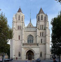 La cathédrale Saint-Bénigne de Dijon est une église orientée de style gothique du xiiie siècle située dans le centre sauvegardé de Dijon (Côte d'Or)