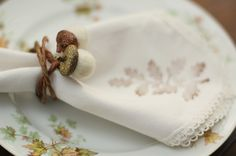 Like the acorn napkin rings. Use acorn caps and roving and attach a wire of sorts, I think. Thanksgiving Table Settings, Thanksgiving Crafts, Thanksgiving Decorations, Thanksgiving Tablescapes, Holiday Tables, Holiday Crafts, Christmas Diy, Christmas Decorations, Farmhouse Napkins