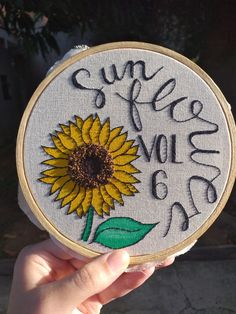 Hand Embroidery Projects, Hand Embroidery Designs, Diy Embroidery, Cross Stitch Embroidery, Embroidery Patterns, Jean Diy, Harry Styles Drawing, Diy Broderie, Popular Crafts