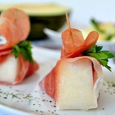 Melon salad with Serrano ham recipe, a healthy and refreshing summer Spanish Tapas dishfor breakfast or dessert! - Spanish Food and Cuisine Serrano Ham, Spanish Party, Spanish Melon, Spanish Tapas, Spanish Cuisine, Spanish Food, Spanish Cheese, Ham Recipes, Wine Recipes