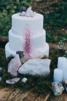 Celebrate mother nature's earthy beauty with geode and crystal wedding ideas. Rose quartz garlands, geodes, foraged wood & moss create magic in the forest. Edgy Wedding, Lilac Wedding, Wedding Cake Rustic, Elegant Wedding Cakes, Romantic Weddings, Unique Weddings, Dream Wedding, Wedding Ideas, Lavender Weddings