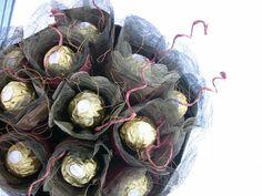 bouquet de bonbons au chocolat enveloppés de papier à mailles décoratif