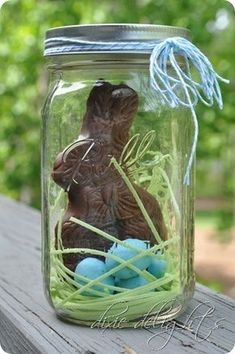 Easter bunny in a jar. What a cute gift idea! chocolate bunny, edible grass (could use coconut), robin's eggs malt balls, mason jar. (good way to package chocolate bunny so you can include it in the egg hunt. Hoppy Easter, Easter Bunny, Easter Eggs, Easter Food, Easter Party, Easter Stuff, Edible Grass, Mason Jars, Candy Mason