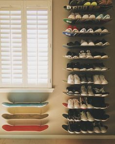Make DIY Skateboard Shelves for Shoe Storage / Grillo Design Skateboard Decor, Skateboard Shelves, Skateboard Furniture, Boys Skateboard Room, Skateboard Design, Diy Shoe Storage, Diy Shoe Rack, Storage Ideas, Shoe Racks