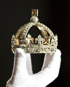 The small Diamond Crown as worn by Queen Victoria for her official Diamond Jubilee portrait in 1870 is displayed ahead of the 'Diamonds: A J-834637 510×638 pixels