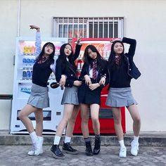 Cute Korean schoolgirls Photo with vending machine drinks Style Ulzzang, Ulzzang Korean Girl, Cute Korean Girl, Asian Girl, Korean Best Friends, Girls Best Friend, School Uniform Fashion, School Uniform Girls, Moda Pop