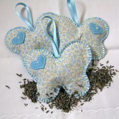 borboletas azuis e brancas