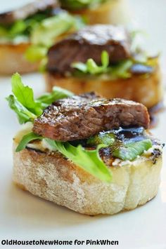 Balsamic Beef Crostini with Herbed Cheese and Arugula Hello PinkWhen readers! We are in the last length of the holiday stretch and I have to say I am a little disappointed. The time between Thanksgiving and New Years goes so quickly and is over. Easy Make Ahead Appetizers, Heavy Appetizers, Holiday Appetizers, Appetizer Recipes, Wedding Appetizers, Holiday Recipes, Appetizers For Dinner, Fancy Party Appetizers, Fancy Party Food