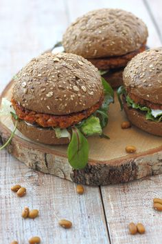 Brown bean burger is a tasty alternative to a hamburger. Eating legumes is healthy and tasty too, look quickly here! Sambal Oelek, Bean Burger, Food Names, Mixed Nuts, Hamburgers, Recipe Images, Healthy Recipes, Healthy Food, Salmon Burgers