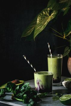 This blueberry matcha smoothie is full of antioxidants and a perfect energy boost for the morning. It's a delicious healthy vegan, dairy free and gluten free green smoothie with blueberry mash. Energy Smoothies, Healthy Green Smoothies, Healthy Breakfast Smoothies, Green Smoothie Recipes, Smoothie Drinks, Smoothie Diet, Fruit Smoothies, Healthy Drinks, Vegetable Smoothies