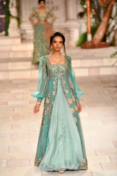 Bridal Drees Indian Couture Week New Ideas Indian Bridal Fashion, Indian Wedding Outfits, Indian Outfits, Pakistani Bridal Dresses, Indian Dresses, Bridal Hijab, Indian Designer Outfits, Designer Dresses, Stylish Dresses