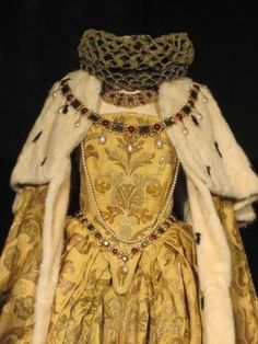A reproduction costume of the actual coronation gown of Queen Elizabeth I. It is amazing it survived the English Civil War and Cromwell's wrath. Most of Elizabeth's royal jewels and regalia were melted down or destroyed. Elizabeth I, Mode Renaissance, Costume Renaissance, Tudor History, British History, Vintage Outfits, Vintage Fashion, Vintage Dress, Historical Costume