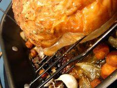 Biraz yemek yapmayı bilen herkes tavuk pişirmiştir. Acaba fırında mükemmel tavuk nasıl pişirilir biliyor muyuz? Yıllar önce Arman Kırım'ın yazısını okuyup uygulamıştım ve sonuç çok başarılıydı. Belki siz de yılbaşında hindi yerine tavuk pişirirsiniz diye bunları paylaşmak istedim. Fırında dışı nar gibi kızarmış çıtır çıtır, içi yumuşak ve kurumamış bir tavuk, hatta butları biraz fazla pişmiş neredeyse dağılmak üzere. Yanında iç pilav veya patates püresi ile gerek bir davet, gerekse en müte Lasagna, Pork, Food And Drink, Beef, Chicken, Ethnic Recipes, Kale Stir Fry, Meat, Pork Chops