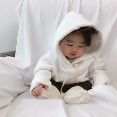 Baby clothes should be selected according to what? How to wash baby clothes? What should be considered when choosing baby clothes in shopping? Baby clothes should be selected according to … Cute Asian Babies, Korean Babies, Asian Kids, Cute Babies, Cute Korean Boys, Cute Little Baby, Little Babies, Baby Kids, Mode Ulzzang