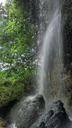 Caída de agua en el salto