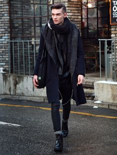 That coat and scarf. Mens Fashion Week, Winter Fashion, All Black Fashion, Masculine Style, Vogue, Well Dressed Men, Style Me, Black Style, Fashion Pictures