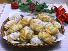 Na internete som objavila jedno zaujímavé balenie rohlíčkov. Rozmýšľala som, že z akého cesta ich upečiem a v mojej zbierke padla voľba na cesto, ktoré bolo uverejnené v nejakom českom časopise. Ako autorka receptu tam bola uvedená Eva Smičková z Prostějova. Vôbec to nebanujem, cesto sa dalo veľmi dobre tvarovať. Bread And Pastries, Christmas Sweets, Challah, Sweet Bread, Creative Food, Food Hacks, Potato Salad, Tart, Ethnic Recipes
