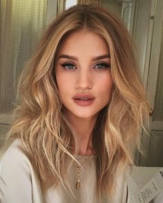Golden Blonde Balayage for Straight Hair - Honey Blonde Hair Inspiration - The Trending Hairstyle Hair Day, New Hair, Hair Inspo, Hair Inspiration, Light Blond, Medium Hair Styles, Short Hair Styles, Medium Blond Hair, Soft Curls For Medium Hair