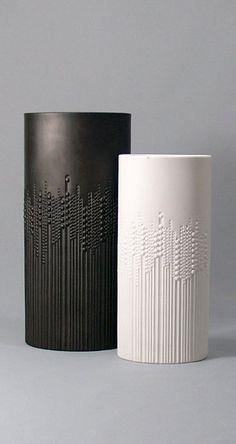 prachtig die combinatie van lijnenspel en ronde vormen. Brummer & Brummer Oy  #ceramics #pottery