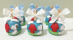 Maçã banhada no chocolate com decoração em Pasta Americana Snoopy Birthday, Snoopy Party, Chocolate, Cupcake, Friends, Personalised Sweets, 1 Year, Honey, Kids Part