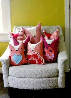 Plush Fox Doll DIY - These would also make super cute cushions! Softies, Fox Pillow, Plush Pillow, Heart Pillow, Pillow Fight, Craft Projects, Sewing Projects, Craft Ideas, Sewing Crafts