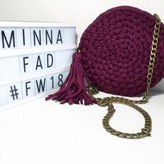 Πλεκτή κυκλική τσάντα με αλυσίδα Handmade Bags, Crochet Hats, Fashion, Knitting Hats, Moda, Handmade Handbags, Fashion Styles, Fashion Illustrations, Homemade Bags