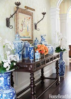 living-gazette-barbara-resende-decor-tour-casa-jardim-entrada-vasos-azul-branco