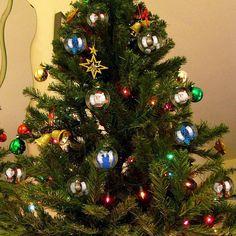 Une idée originale pour décorer le sapin avec des boules de Noël transparentes à remplir soi-même