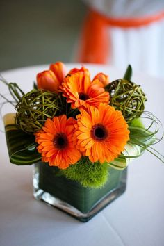 Gerbera – flower with many varieties and color variations – this is our current topic. Very colorful, sunny and fresh, these are the gerberas! Arte Floral, Deco Floral, Ikebana, Decoration Evenementielle, Flower Decorations, Table Orange, Small Flower Arrangements, Table Arrangements, Gerbera Flower